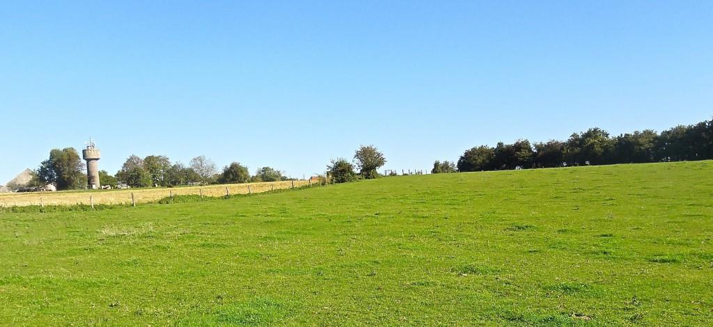 STONNE : Le château d'eau (base et sommet) domine le vallon et la pente par où arrivent les chars français.